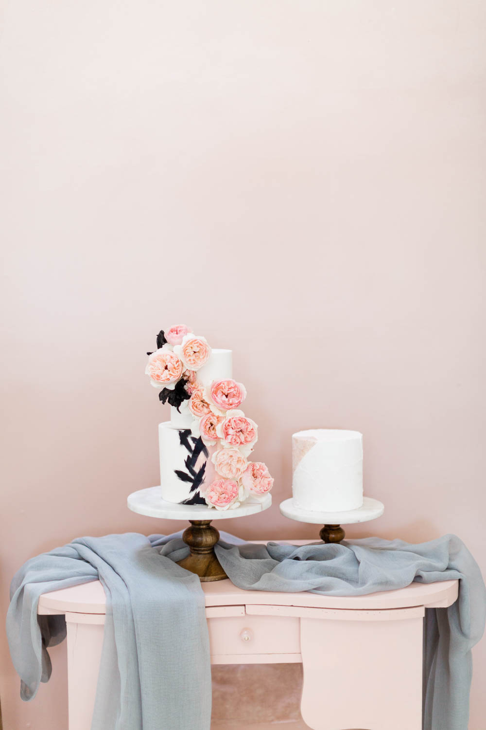 White cake with black brush strokes and pink flowers, Grey black and pink wedding inspiration, Cavin Elizabeth and Amorology