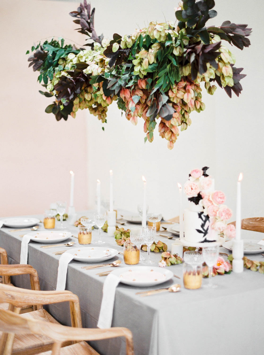 White cake with black brush strokes and pink flowers, Grey black and pink wedding inspiration tablescape with hanging floral installation, Cavin Elizabeth and Amorology